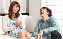 爆笑する男女の画像