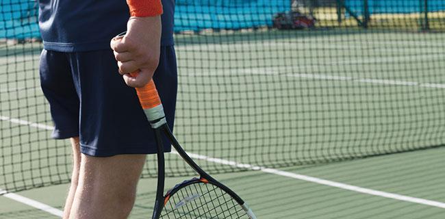 テニスレッスンに通う男性