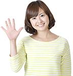 5本指を立てる女性の画像